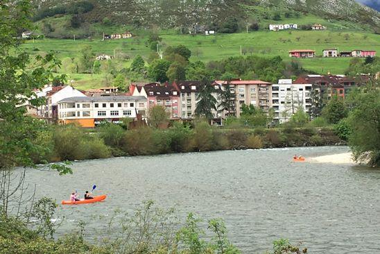 Río Sella con canoas e instalaciones de Disfruta del Sella