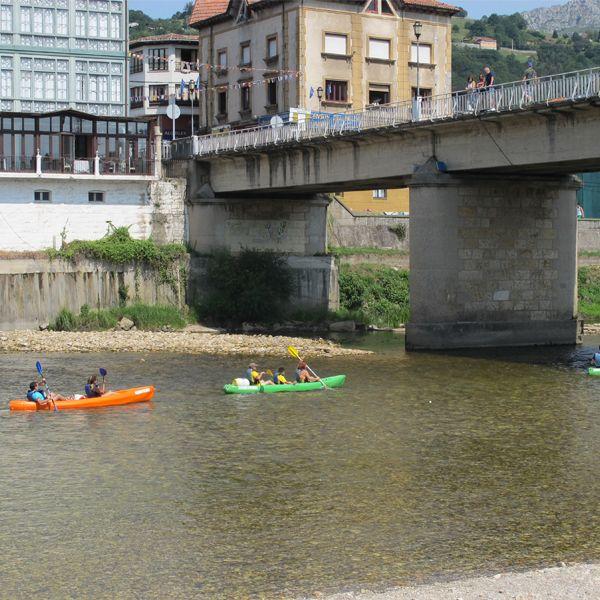 Canoas pasando bajo el puente de las piraguas en Arriondas