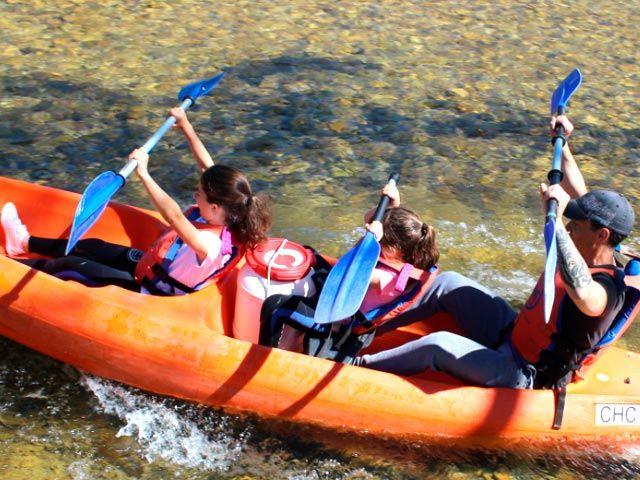 Los niños deben ir siempre delante en la canoa y acompañados por un adulto
